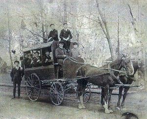 Chariot trainé par des chevaux